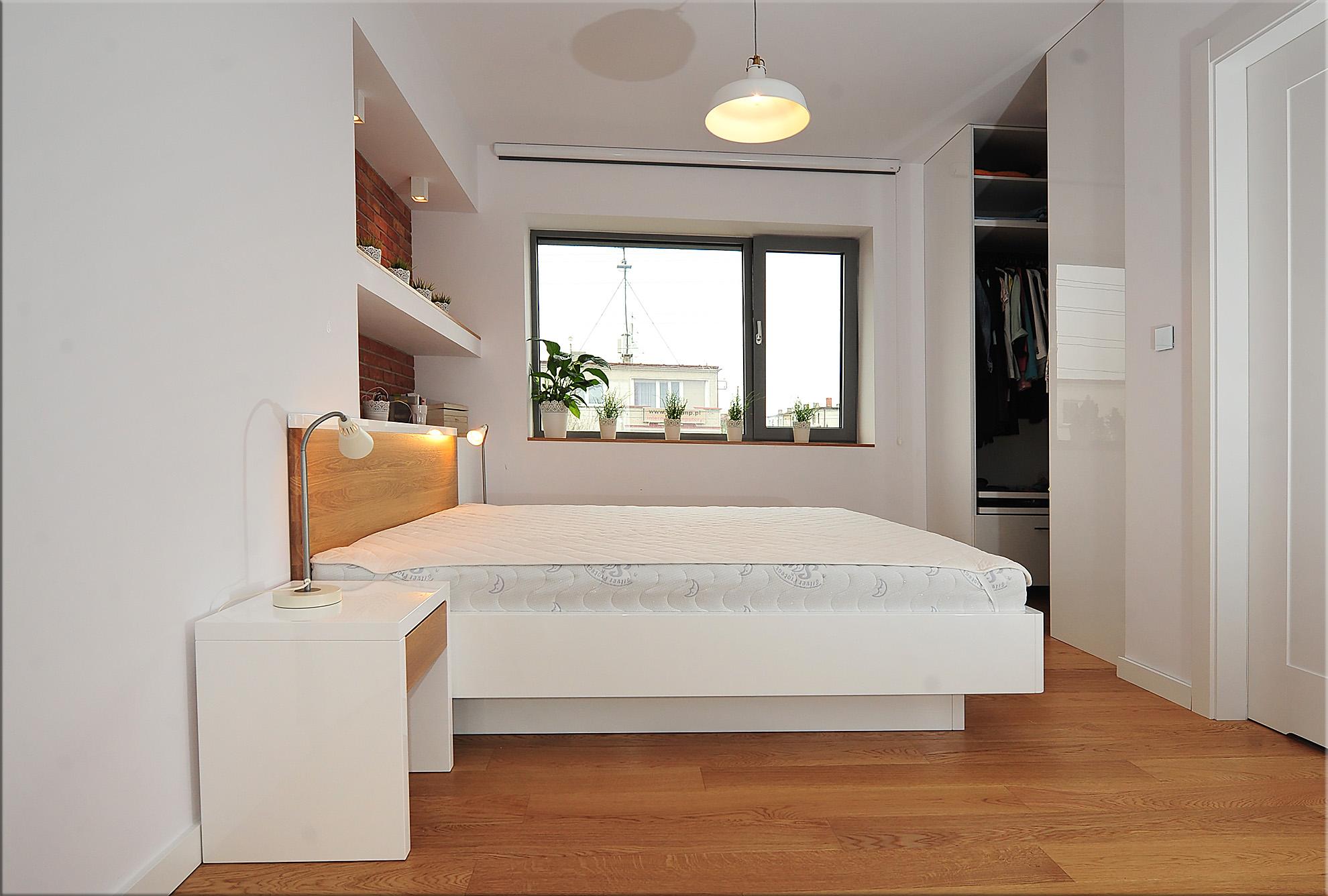 Łóżko Bianco Piccolo zpojemnikiem na pościel - biały wysoki połysk / lity dąb natura . Marzec 2016 - Bydgoszcz