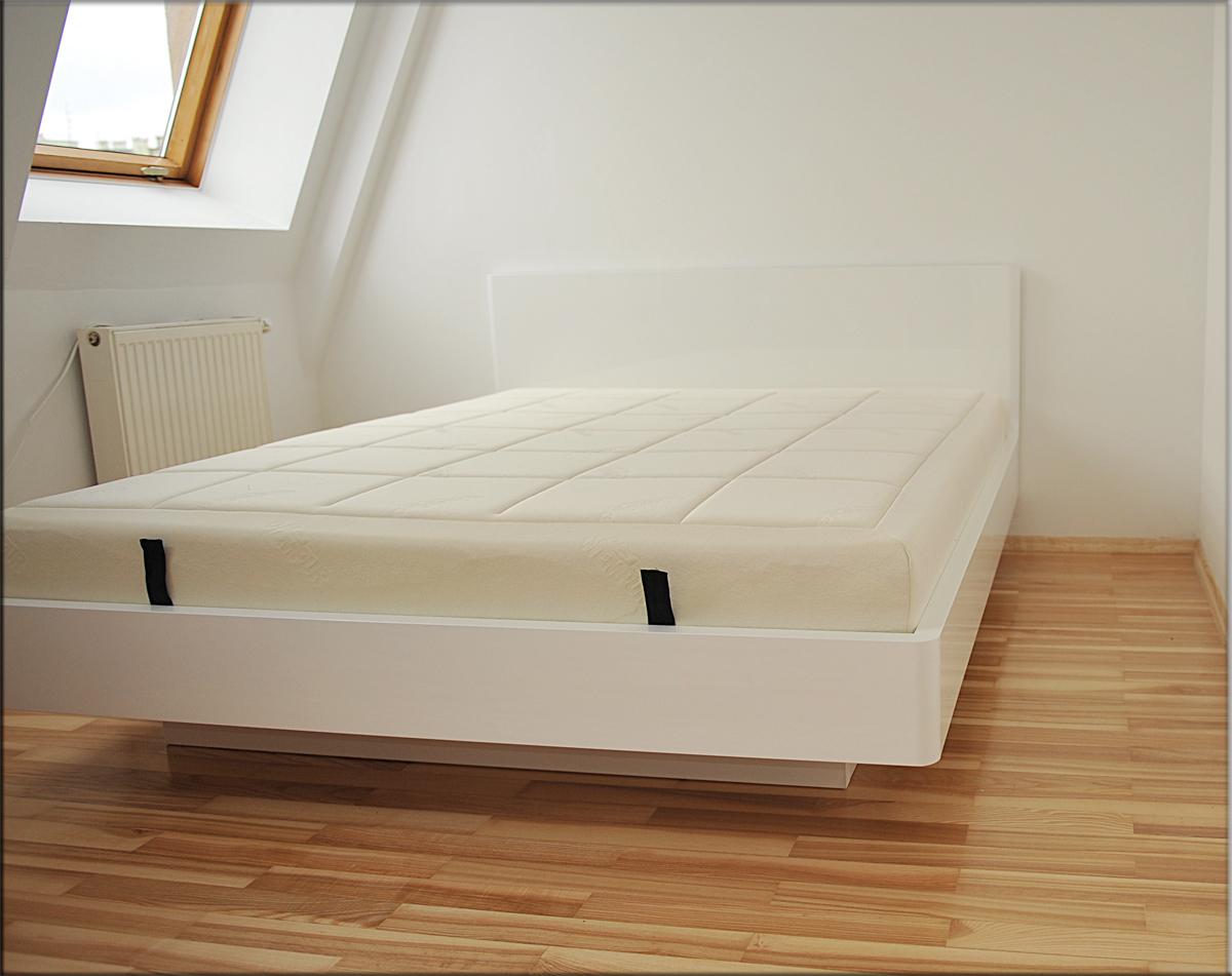 Łóżko Bianco na wysoki połysk zbiałym oparciem