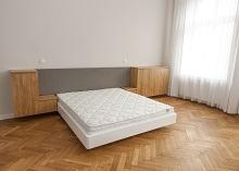 Białe łóżko zoparciem tapicerowanym iszafkami wiszącymi KRAKÓW